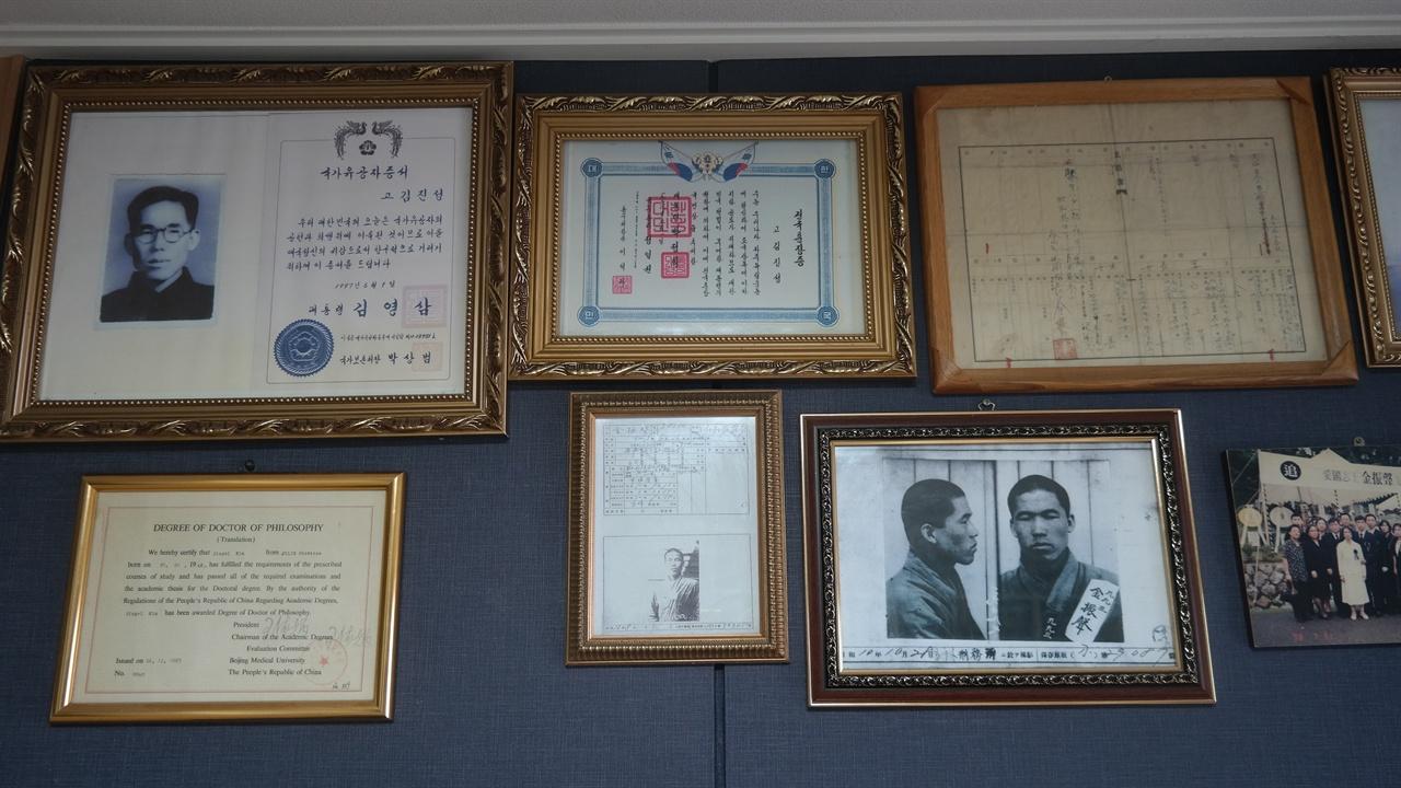 김세걸씨의 집 거실에 걸려있는 부친의 훈장과 사진들