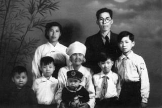 1960년에 촬영한 김세걸씨의 가족사진. 맨 뒤에 안경을 쓴 이가 독립운동가 김진성 선생이며, 앞줄 맨 오른쪽에 서 있는 아이가 김세걸씨다.