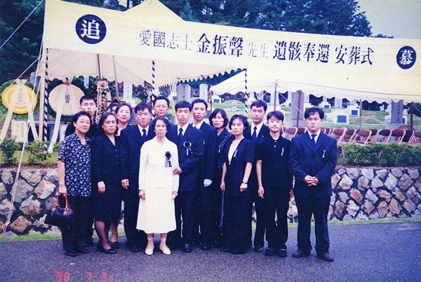 1998년 7월 31일, 국립서울현충원 애국지사 묘역에 있던 가짜 김진성의 묘를 파묘하고 부친 김진성 선생의 유해를 안장한 직후 촬영한 가족사진