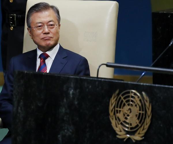 단상 바라보는 문 대통령 문재인 대통령이 26일 오후 (현지시각) 미국 뉴욕에서 열린 제73차 유엔총회에서 기조연설을 기다리며 자리에 앉아 있다.
