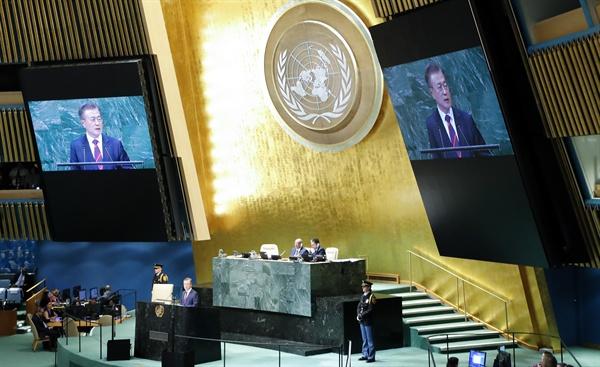유엔총회에서 기조연설하는 문재인 대통령 문재인 대통령이 26일 오후 (현지시각) 미국 뉴욕에서 열린 제73차 유엔총회에서 기조연설을 하고 있다.