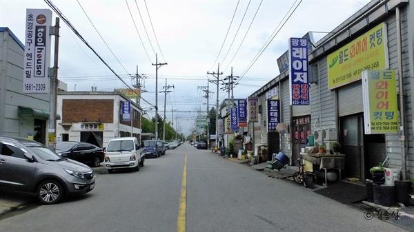 아파트에 이어 시화산업단지를 지나는 시흥시 정왕동의 하천.