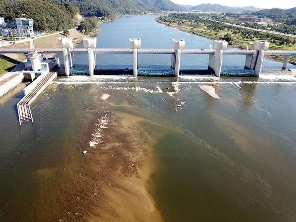 백제보의 수위가 낮아지면서 공주보 구조물이 유실된 상태로 물 밖으로 드러났다.