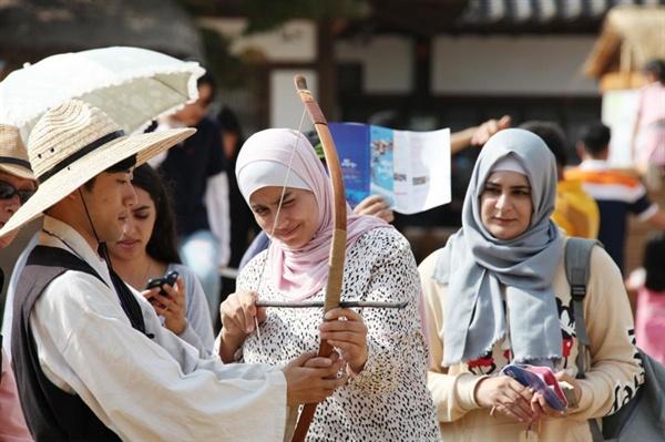 해미읍성은 천주교 박해 성지로 유명한 곳으로, 지난 2014년 교황 프란치스코가 직접 방문해 미사를 드리기도 했던 곳이다. 특히 해미읍성축제에는 많은 외국인 관광객도 방문해 우리 전통체험을 하는등 소중한 경험을 한다. (지난해 축제장을 찾은 외국인 관광객이 전통활 체험을 하고 있다)