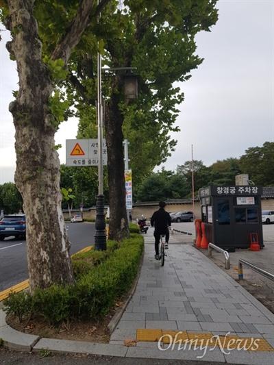 자전거 출퇴근족 자전거 운전시 헬멧 의무 착용 시행된 28일 자전거로 출근 중인 한 시민