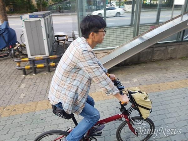 자전거 출퇴근족 자전거 운전시 헬멧 의무 착용 시행된 28일 자전거로 출근 중인 나익수씨