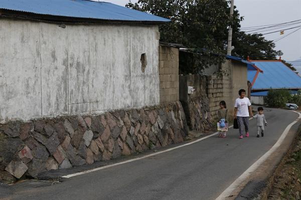 보성 군학마을 풍경. 마을주민이 손자와 손녀의 손을 잡고 집으로 돌아가고 있다.