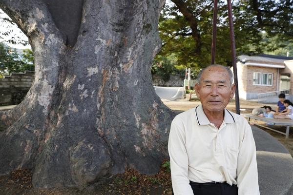 군학마을 느티나무 아래에서 만난 마을주민 박갑철 씨. 박 씨가 마을과 느티나무에 대한 얘기를 들려주고 있다.