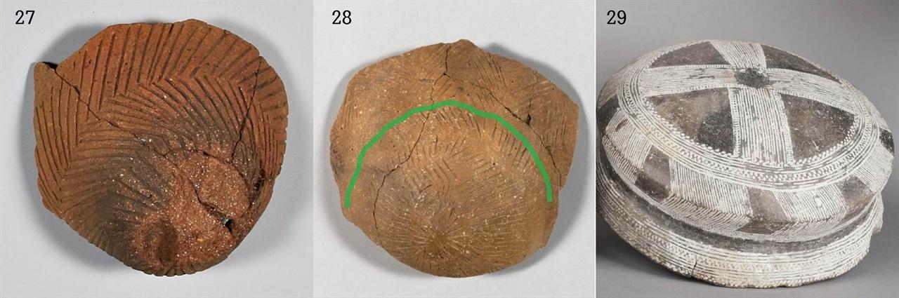 〈사진27-28〉 세모형 빗살무늬토기 밑굽 무늬, 서울 암사동, 국립중앙박물관. 〈사진29〉 스페인 신석기 그릇 밑바닥 무늬, 높이 9.2cm, 기원전 2200-1500년, 스페인 고고학박물관. 세 그릇 모두 하늘에서 내린 비가 땅속 심원의 세계로 흘러들어가는 것을 표현했다. '초기' 신석기인들은 비가 수증기가 되어 하늘로 올라가는 것을 알지 못했을 것이다. 그들은 그렇게 많은 비가 내리는데도 땅이 물에 잠기지 않는 것이 신기했고, 또 두려웠다. 비가 흘러들어가는 곳, 그들에게 그곳은 심원의 세계였고 '공포'였을 것이다. 〈사진28〉에서 초록선 위는 사람이 사는 세상이고 그 아래는 땅속이다.