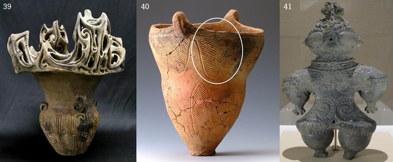 〈사진39-40〉 일본 신석기 조몬토기. 〈사진41〉 조몬 후기 구름여신(기원전 1000년). '조몬(?文 줄승·무늬문)토기'는 말 그대로 줄(끈, 새끼줄) 같은 덧띠무늬가 있는 토기를 말하지만, 지금은 일본 '신석기 토기'를 말할 때 두루 쓴다. 이 토기는 세계에서 가장 이른 시기의 토기다. 1877년 동경 오오모리 조개무지에서 처음 나왔는데, 일본 학계에서는 아직까지도 이 토기의 무늬를 해석하지 못하고 있다. 〈사진39〉는 조몬(신석기) 중기 기원전 3000년(그들은 이 토기를 '화염형토기'라 한다), 〈사진40〉은 기원전 2000년 그릇이다. 실마리는 후기 그릇 〈사진40〉에 있다. 아가리 쪽에 반타원(또는 삼각형) 구름(1차원 평면 무늬)이 있다. 이것은 암사동 빗살무늬토기에서 볼 수 있는 구름무늬다(〈사진30, 31, 32, 34〉 참조). 그렇다면 〈사진39〉의 아가리 장식은 '화염(불꽃)'이 아니라 구름을 3차원 입체로 표현한 것으로 볼 수 있다. 세계 신석기 그릇에서 구름을 3차원 입체로 표현한 것은 조몬토기가 유일하다.
