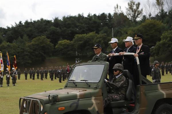 28일 육군 8군단에서 열린 38선돌파 기념식에 참석한 참전용사들이 부대를 사열하고 있다. 38선돌파 기념식은 6·25전쟁이 한창이던 1950년 10월1일 국군 3사단 23연대가 양양군 기사문리에서 최초로 38선을 돌파한 것을 기념하기 위해 마련된 것으로 육군 8군단은 2008년부터 기념식을 개최해 오고 있다. 국군의 양양지역 38선 돌파일인 10월1일은 국군의 날로 제정됐다. 2018.9.28 [육군 8군단 제공]