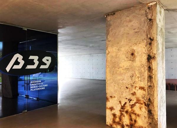B39에는 오래된 기둥과 리모델링한 면이 공존한다.