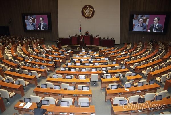 박주민 더불어민주당 의원이 1일 오후 서울 여의도 국회에서 열린 외교·통일·안보분야 대정부질문에 참석해 이낙연 국무총리에게 질의하고 있다.
