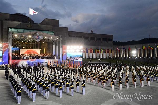 1일 오후 서울 용산구 전쟁기념관 평화의 광장에서 문재인 대통령이 참석한 가운데 제70주년 국군의 날 기념식이 열리고 있다.