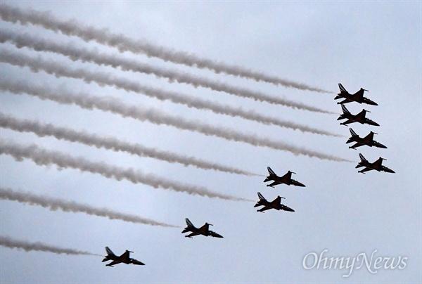1일 오후 서울 용산구 전쟁기념관 평화의 광장에서 열린 제70주년 국군의 날 기념식에서 공군 특수비행팀 '블랙이글스'가 비행을 하고 있다.