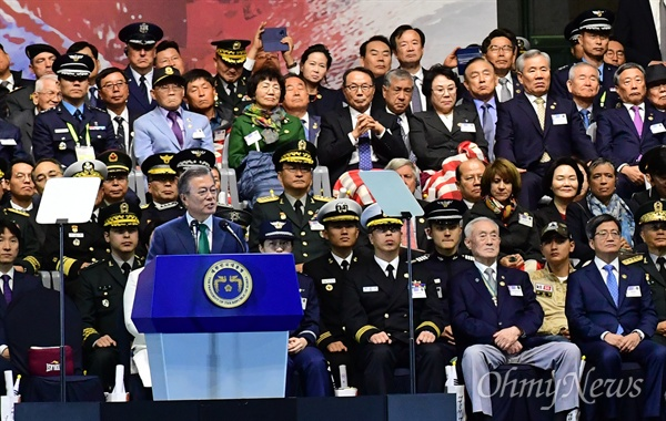 문재인 대통령, 국군의 날 기념사 문재인 대통령이 1일 오후 서울 용산구 전쟁기념관 평화의 광장에서 열린 '제70주년 국군의 날 기념식'에서 기념사를 하고 있다.