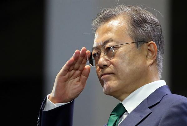 경례하는 문 대통령 문재인 대통령이 1일 오후 서울 용산 전쟁기념관 평화의 광장에서 열린 제70주년 국군의 날 기념식에서 경례하고 있다.