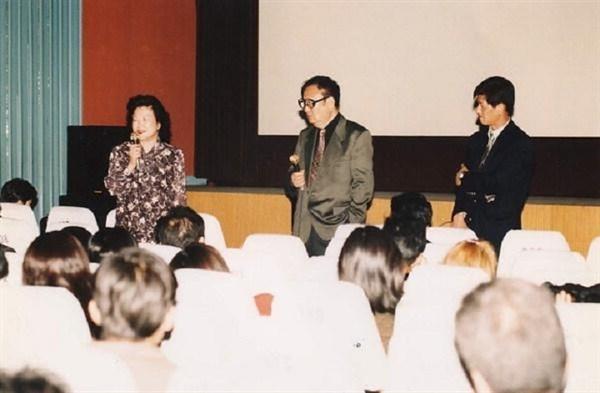 1997년 2회 부산영화제 회고전의 주인공인 김기영 감독 GV 모습. 가운데가 김기영 감독,오른쪽이 이용관 한국영화프로그래머(현 이사장)