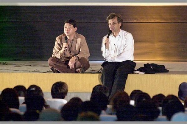 2000년 5회 영화제 때 부산을 처음 독일의 거장 빔 벤더스 감독이 단상에 앉아 GV를 진행하는 모습