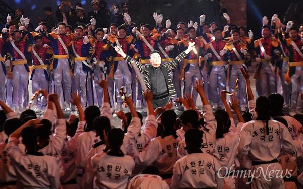 싸이, 국군의 날 축하공연 가수 싸이가 1일 오후 서울 용산구 전쟁기념관 평화의광장에서 열린 '제70주년 국군의 날 기념식'에서 축하공연을 하고 있다.