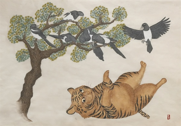 <장호작도(김명순 作) / 뚱뚱한 호랑이는 '관료'를 나타내고 까치는 '서민'을 뜻한다. 똑똑한 까치들이 우둔한 호랑이를 놀리고 있는 모습>