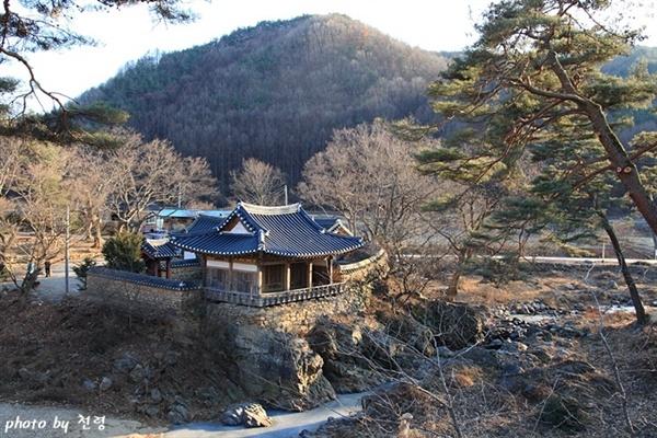 초간정의 겨울 풍경 우뚝 솟은 바위 위에 한 마리 새처럼 날렵하게 앉아 있다.