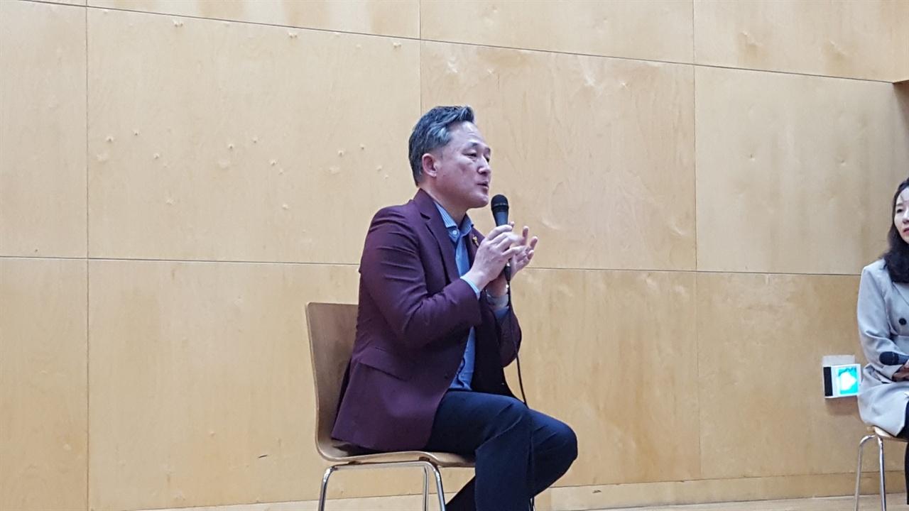 '로드다큐 <임정> 관객과의 대화'에서 발언하는 더불어민주당 표창원 의원