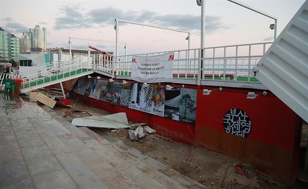 지난 2016년 당시 개막전 태풍으로 인해 크게 훼손된 비프 파빌리온
