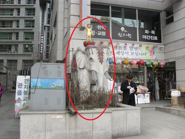 불상을 태우고 있는 코끼리. 서울시 종로구의 조계사 근처에서 찍은 사진.
