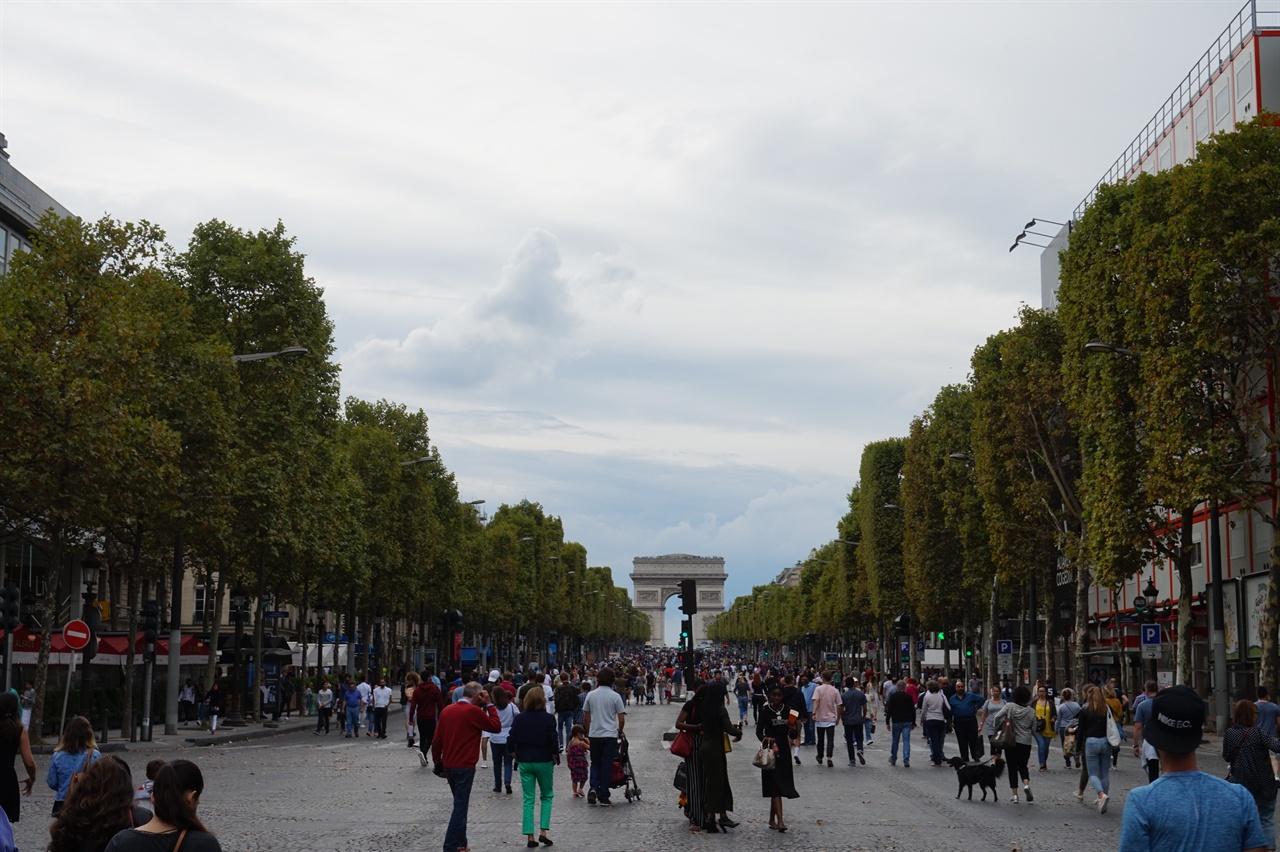 차 없는 거리가 실현되는 첫 번째 일요일의 샹젤리제 거리