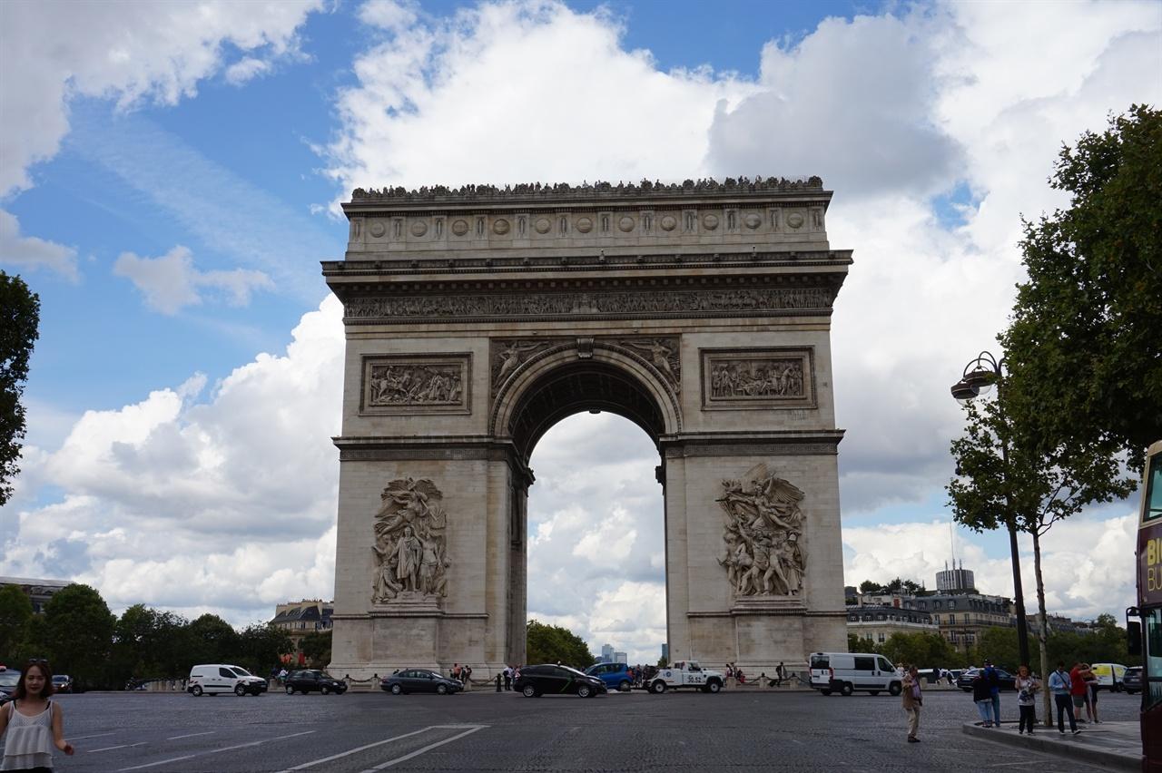 1982년 평양의 개선문이 세워지기 전까지 세계 최대였던 파리의 개선문