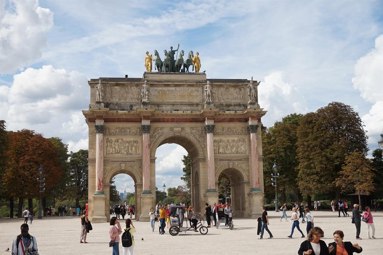 로마의 콘스탄티누스 개선문을 모방한 파리의 카루셀 개선문