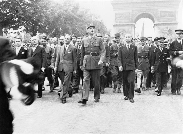 2차대전 직후 파리로 입성하는 드골 장군과 그 일행.