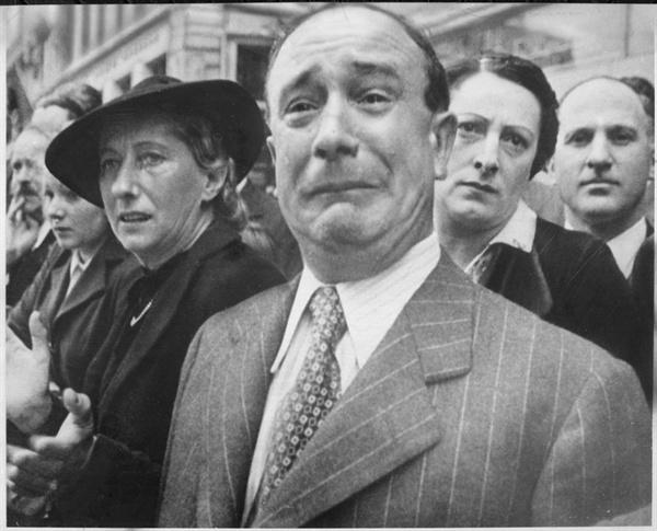 파리를 점령한 독일군 행진을 보고 연도에서 울음을 터뜨리는 파리 시민의 모습