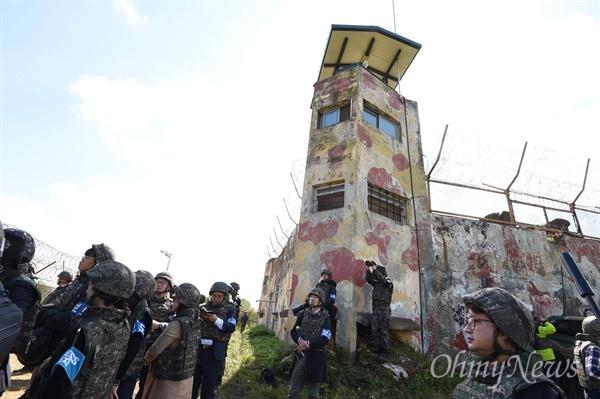 남북공동 DMZ 지뢰제거 작업 시작 9.19평양공동선언 군사분야 합의 첫 조치로 남북공동 비무장지대(DMZ)내 지뢰제거 작업이 2일 경기도 철원 5사단 지역 화살머리고지 최전방감시초소(GP) 인근에서 실시되고 있다. 화살머리고지는 한국전쟁 당시 격전이 벌어진 곳으로 국군, 북한군, 유엔군, 중공군 전사자들의 유해가 묻혀있을 것으로 추정된다.