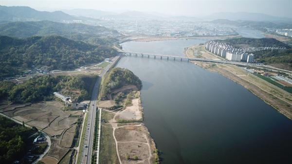 낙동강 바로 옆 산을 절개해 도로를 닦았다. 산과 강을 이어주는 생태계는 완전 단절되어버렸다. 이것이 이 나라 도로사업의 현주소다.