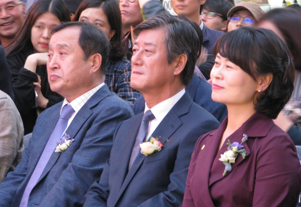 3일 저녁 남포동에서 열린 부산영화제 전야제 행사에 참석한 이용관 이사장과 전양준 집행위원장, 박인영 부산시의회 의장