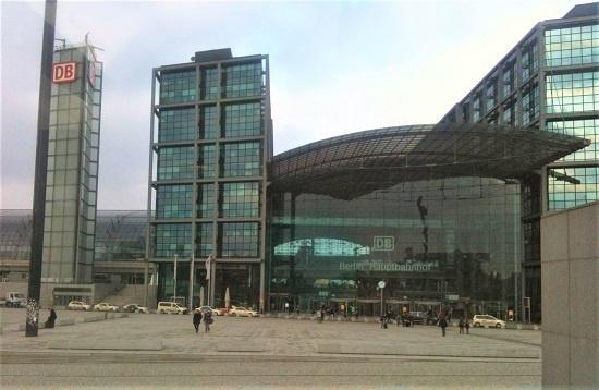 독일은 공공건물이 재생에너지 활용에 앞장서고 있다. 사진은 플랫폼에 대규모 태양광 발전기를 설치한 베를린 중앙역.