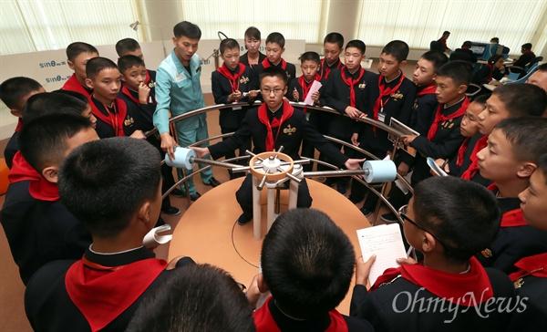 4일 오후 평양 과학기술전당에서 북측 학생들이 수업을 하고 있다.