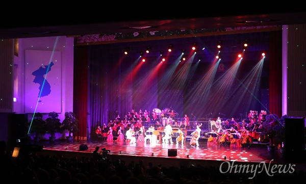4일 오후 평양대극장에서  10.4선언 11주년 기념 민족통일대회 환영공연이 진행되고 있다.