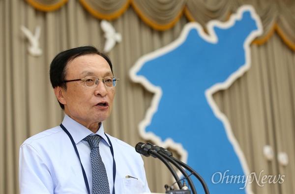 이해찬 더불어민주당 대표가 4일 오후 평양 인민문화궁전에서 열린  '10.4 선언 11주년 기념 민족통일대회' 합동만찬에서 인사말을 하고 있다.