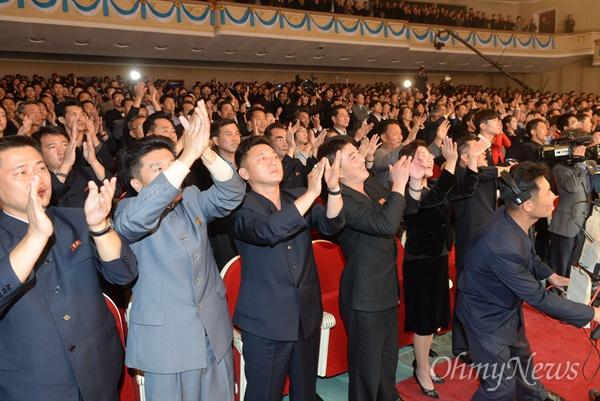 4일 오후 평양대극장에서 열린 10.4선언 11주년 남북공동행사 환영공연에서 북측 관객들이 박수를 치고 있다.
