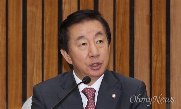 모두발언하는 김성태 자유한국당 김성태 원내대표가 5일 오전 국회에서 열린 원내대책회의에서 모두발언을 하고 있다.