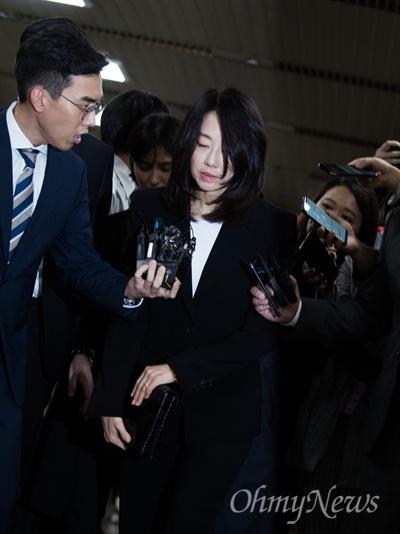 조윤선 전 청와대 정무수석이 5일 오후 서울 서초구 서울중앙지법에서 일명 '화이트리스트'혐의에 대해 징역 1년 집행유예 2년을 선고 받고 법원을 빠져나가고 있다.