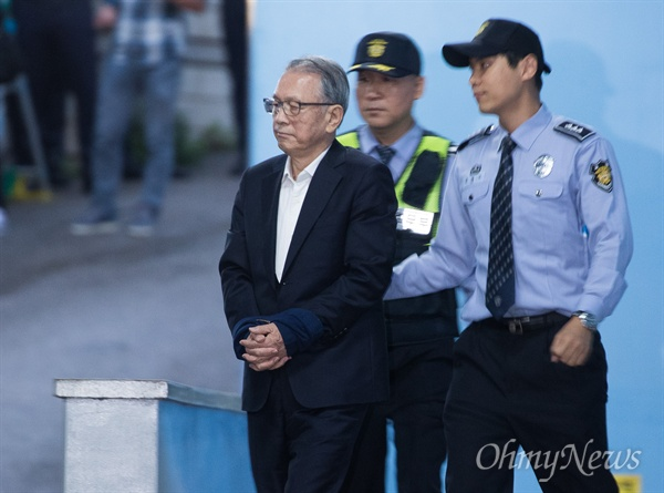김기춘 전 청와대 비서실장이 5일 서초동 서울중앙지법에서 박근혜 정부의 보수단체 불법지원 (일명 '화이트리스트') 관련 선고심 실형을 선고 받고 구치소로 향하는 호송버스에 오르고 있다. 김 전 실장은 1년 6개월의 실형을 선고 받고 법정 구속 되었다.