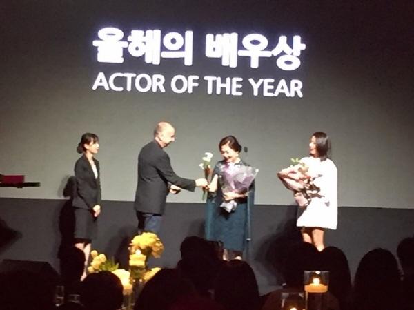 마리끌레르 아시아스타어워즈,  '올해의 배우상'을 수상한 김희애와 김해숙