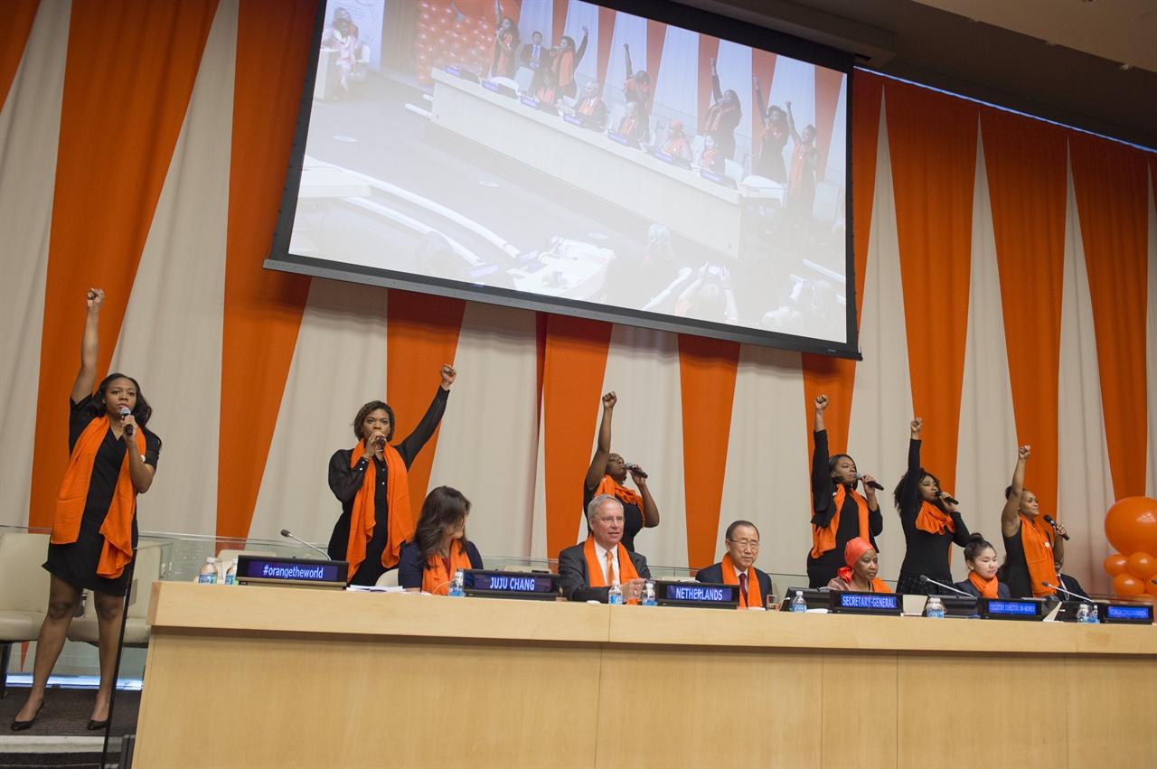 세계 성폭력 추방의 날 기념을 위해 오렌지 머플러를 걸친 사람들