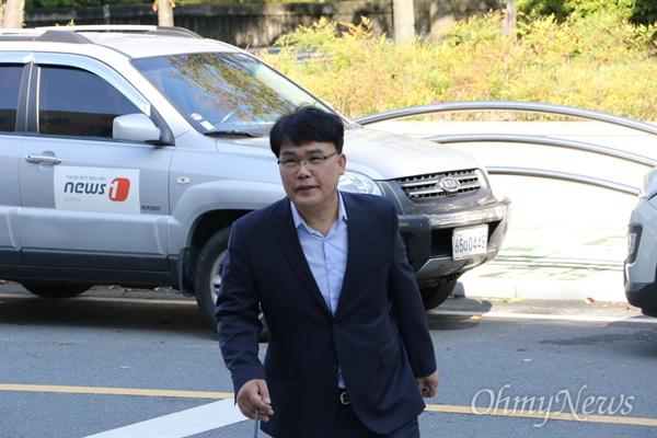이재만 한국당 전 최고위원이 7일 오전 공직선거법 위반 혐의로 조사를 받기 위해 대구지방경찰청에 출두하고 있다.