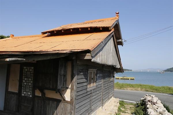 임권택 감독이 메가폰을 잡은 영화 '천년학'의 세트로 쓰였던 선술집. 회진 앞바다에 들어서 있다.