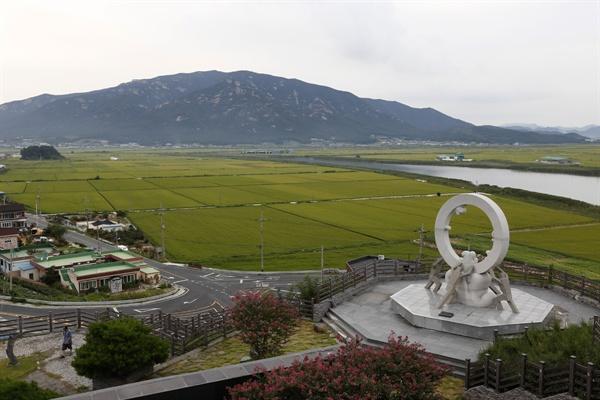 장흥 회진의 회령진성 역사공원. 가을이 익어가는 들녘을 배경으로 천관산이 보인다.
